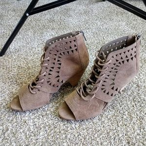Vince Camuto Lace Up Suede Ankle Boots Tan EUC